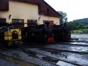 Ráno ďalšieho dňa - v upršanom počasí sa v depe pripravujú na jazdu dve parné mašiny